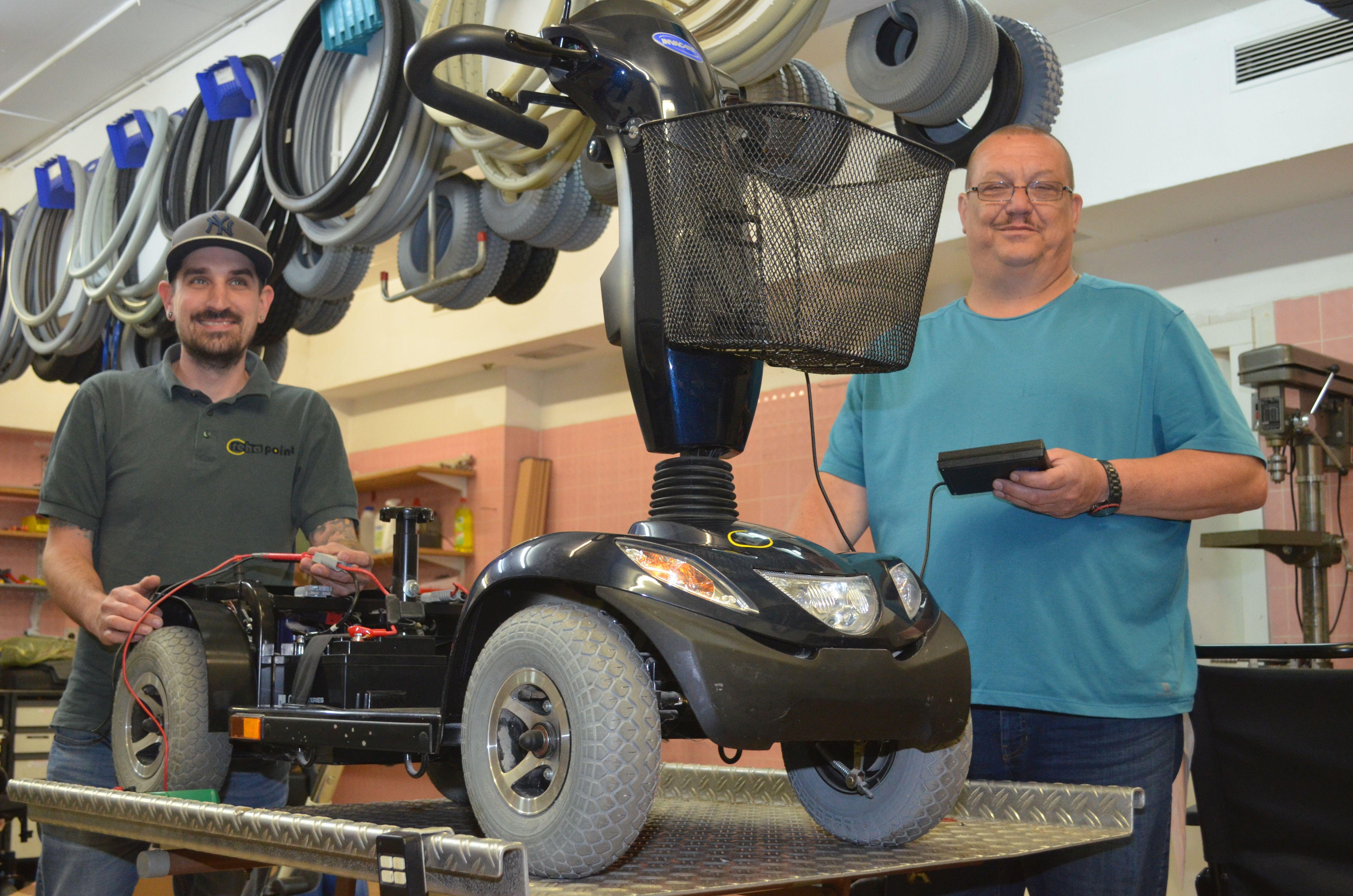 Blick in unsere Kreuznacher Elektro-Fachwerkstatt: Unsere Mechatronik-Profis Mathias Kablau (r.) und Christian Haass sorgen dafür, dass Sie mit Scooter, E-Rolli und Co. stets mobil bleiben.